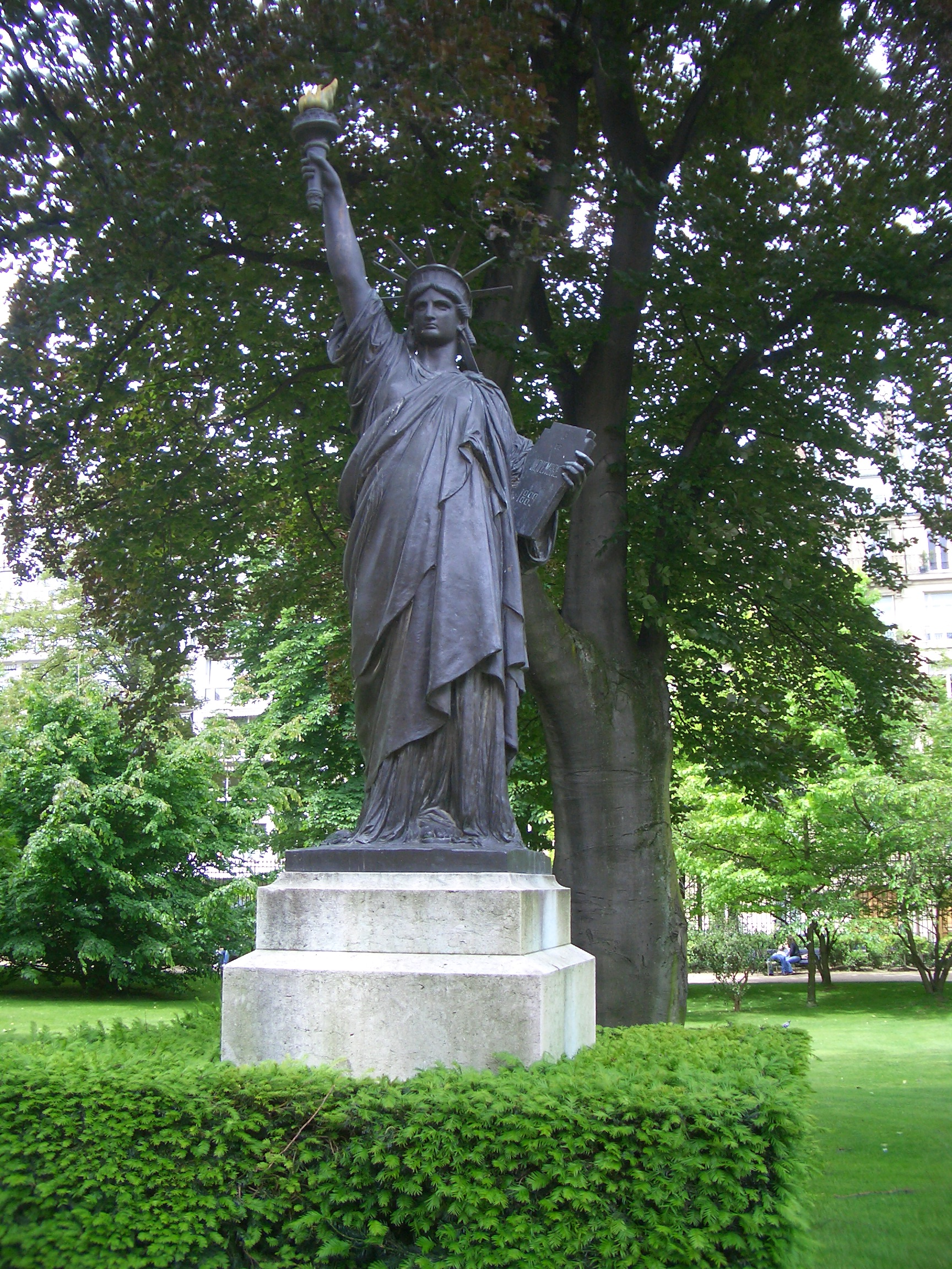Statue of liberty in luxembourg gardens garden designs - Jardin du luxembourg statue of liberty ...